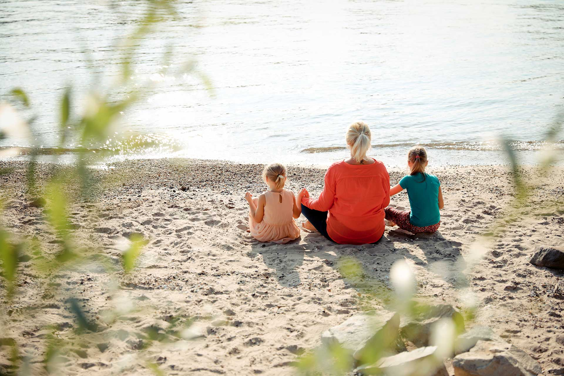 Entspannungscoaching - Monika mit Kindern am See