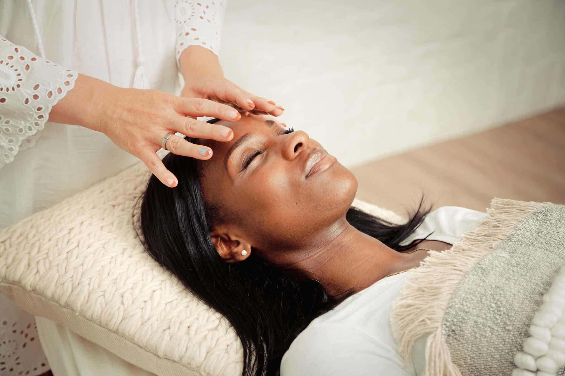 Reiki Entspannung - Monika legt Hände auf Kopf des Patienten