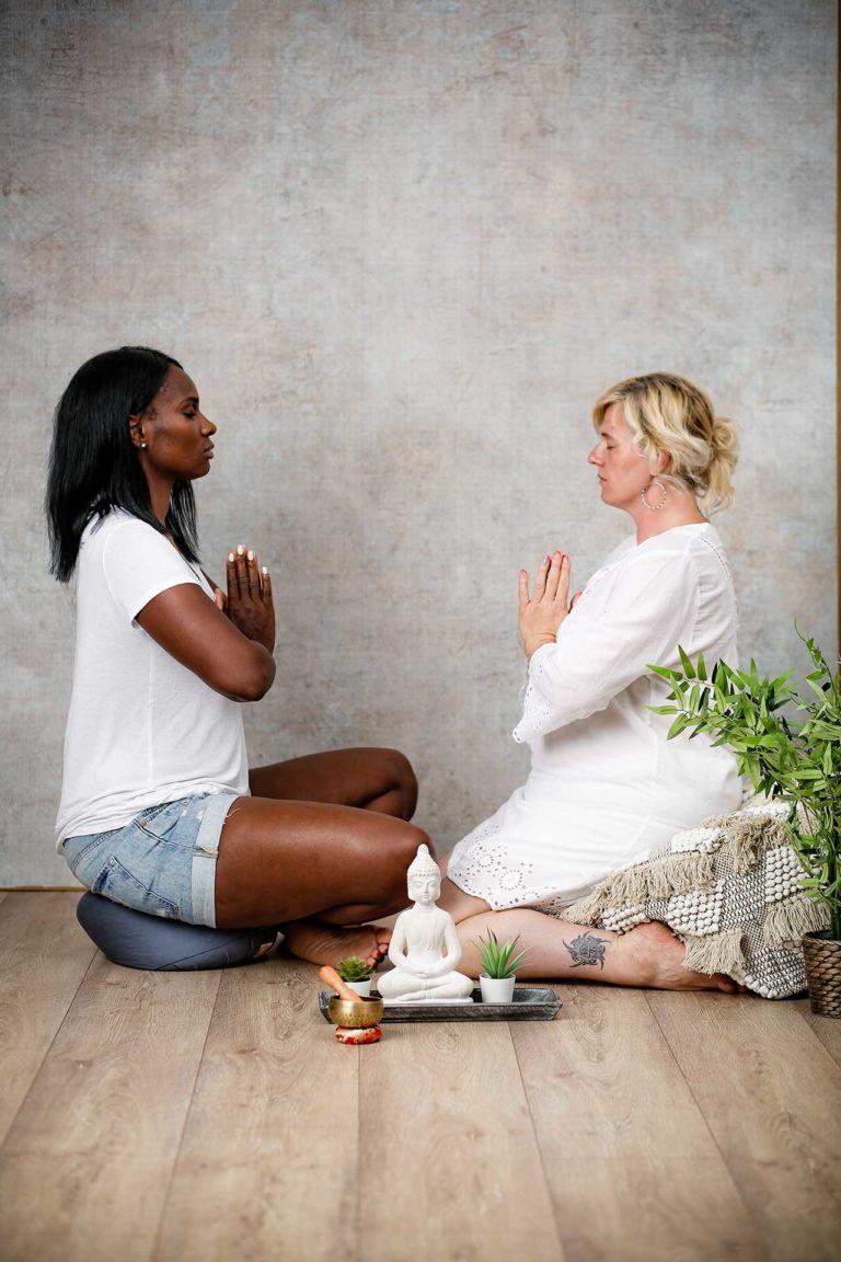 Stressmanagement - Zwei Personen sitzen sich gegenüber